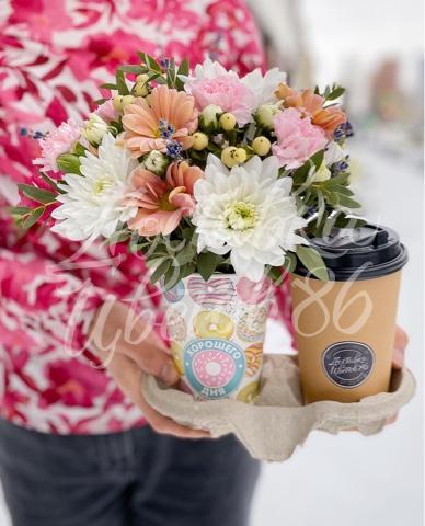 Услуга доставки напитка с цветочной композицией